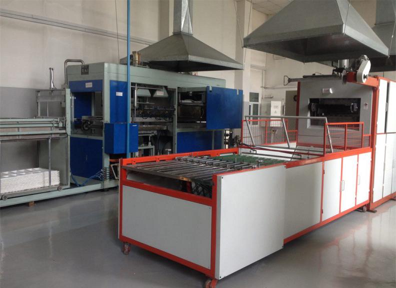 D. Технологическая линия по производству пластиковой посуды методом литья под давлением.