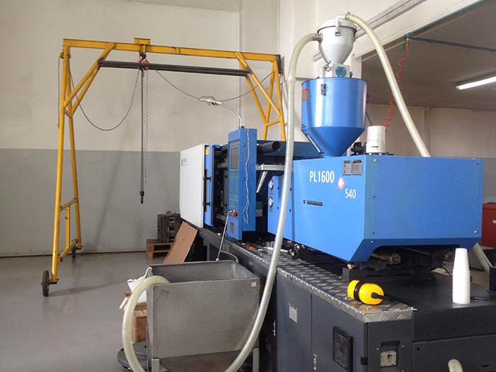 C. Производственная автоматическая линия по производству пластиковой посуды термоформированием листов в формы